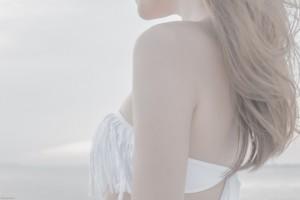 白い水着の女性