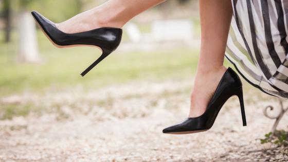 足と白黒のスカート